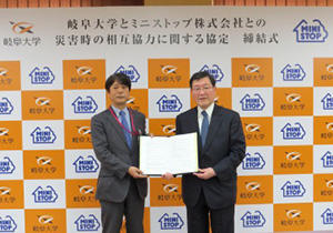 left: MINISTOP representative  right: President Moriwaki