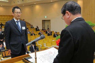 A student receiving a diploma from the President