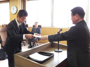 Mr. Nishiwaki receiving the notification